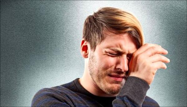 мужчина плачет