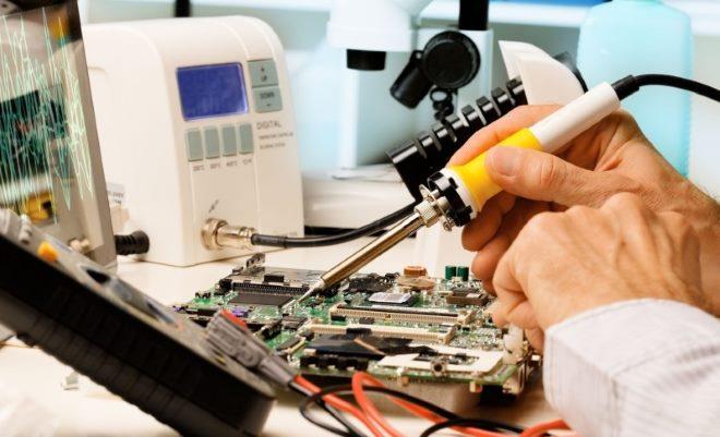 мужчина ремонтирует микросхему